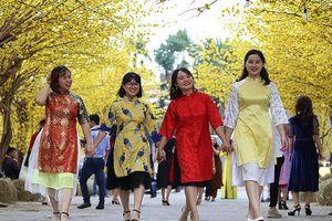 Thiếu nữ Sài Gòn xúng xính áo dài xuống phố đón xuân