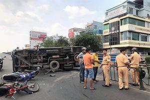 Xe tải 'đại náo' cầu vượt thép Cây Gõ, 2 người bị thương