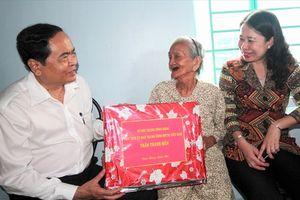 Chủ tịch UBMTTQ Việt Nam thăm và tặng quà Tết tại An Giang