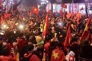 Cả nước mừng chiến thắng của đội tuyển Việt Nam