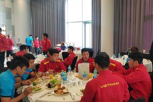 CĐV 'tiếp tế' thực phẩm cho tuyển Việt Nam
