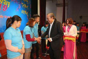 Phó Thủ tướng Thường trực tặng quà Tết công nhân tỉnh Hải Dương