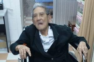 Lấy xương heo mắc trong thực quản cụ ông 105 tuổi