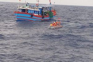 Tàu cá chở 11 thuyền viên gặp nạn đang được lai dắt vào bờ