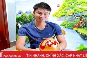 Thầy giáo Hà Tĩnh gây 'sốt' với tài viết chữ thư pháp lên trái cây chưng tết