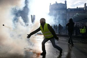 Bạo động 'Áo vàng' tại Pháp: Người biểu tình mang quan tài xuống đường