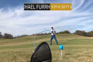 VĐV chơi golf chuẩn xác bằng gậy dài hơn 10 mét