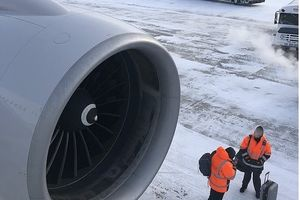 Cửa máy bay đóng băng vì nhiệt độ -20, hành khách mắc kẹt 14 tiếng