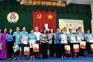Đồng chí Trương Thị Mai tặng quà Tết cho công nhân Đồng Nai