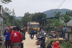Bé 3 tuổi bị xe tải chở vật liệu xây dựng cán qua người trên đường làng