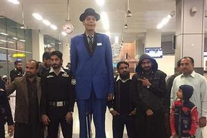 Khó khăn trong vô vọng và nỗi cô đơn của người đàn ông cao 'gần nhất thế giới'
