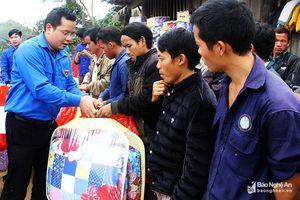 Trao quà Tết, khám bệnh, cấp thuốc miễn phí cho 100 hộ dân ở Mường Lống, Kỳ Sơn