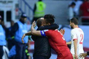 Đằng sau chiến thắng của đội tuyển VN, có những khoảnh khắc HLV Park Hang-seo ôm các cầu thủ như cha con khiến nhiều người xúc động