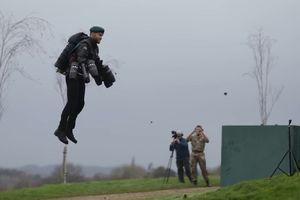 Bộ đồ phản lực Iron Man trình diễn trước Thủy quân lục chiến Hoàng gia Anh