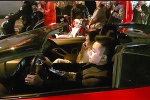 Tuấn Hưng lái xe mui trần 25 tỷ chở vợ đi bão ăn mừng chiến thắng