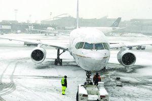 Máy bay chở 250 hành khách mắc kẹt suốt 16h trên đường băng giá lạnh