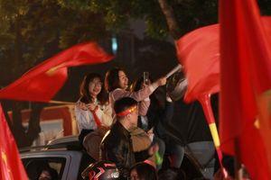 Hàng vạn người dân đổ ra đường ăn mừng thắng lợi nghẹt thở của ĐT Việt Nam