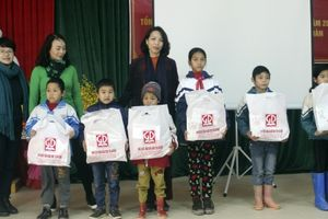 Lạng Sơn: Nhà xuất bản giáo dục tặng quà Tết cho học sinh và giáo viên huyện Văn Lãng