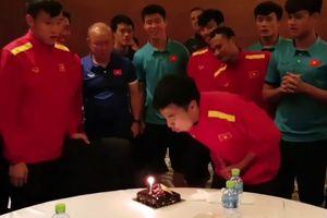 Thầy Park khiến Đức Huy bị đồng đội dí mặt vào bánh sinh nhật