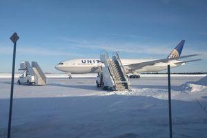 Máy bay gặp sự cố, hành khách mắc kẹt trên đường băng -30 độ C gần 1 ngày