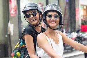 H'Hen Niê chạy xe máy, đưa Hoa hậu Hoàn vũ Nhật Bản dạo phố Sài Gòn