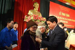 Chủ tịch UBND TP Nguyễn Đức Chung trao Huy hiệu 70 năm tuổi Đảng tại quận Hai Bà Trưng