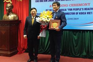 Trao Kỷ niệm chương Vì sức khỏe nhân dân cho Giám đốc KOICA tại Việt Nam