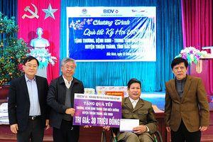 Nhiều suất quà Tết tặng thương binh tại Thuận Thành, Lạng Giang