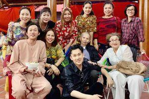 Bố mẹ, chị gái Hoài Linh về Việt Nam thăm nhà thờ Tổ 100 tỷ của con trai