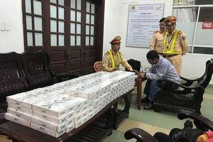 CSGT bắt gần 1.800 bao thuốc lá lậu giấu trong gầm xe khách