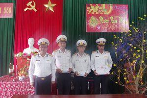 Bộ Tư lệnh Vùng 3 Hải quân chúc Tết quân và dân huyện đảo Lý Sơn