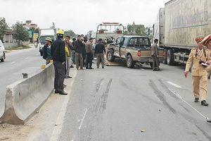 Hà Tĩnh: Ô tô mất lái tông vào giải phân cách sau va chạm xe