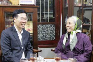 Đồng chí Võ Văn Thưởng thăm, chúc Tết gia đình nguyên lãnh đạo Ban Tuyên giáo Trung ương