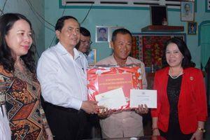 Tặng quà Tết cho gia đình chính sách, hộ nghèo ở An Giang