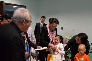 Chủ tịch Quốc hội Nguyễn Thị Kim Ngân tặng quà cho bệnh nhi nghèo bị ung thư