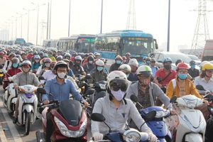 Kẹt xe kinh hoàng từ sáng đến trưa tại cầu Sài Gòn, người dân khốn khổ đi làm trước Tết