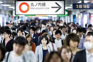 Tàu điện ngầm Nhật Bản tặng đồ ăn miễn phí để giảm tải hành khách