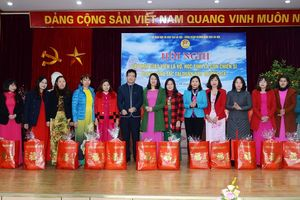 Hà Nội tặng quà 296 lượt giáo viên có hoàn cảnh đặc biệt khó khăn
