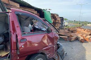 Xe container chở gỗ đè bẹp xe ô tô 9 chỗ