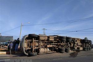 Xe container va chạm với xe 9 chỗ, 1 người bị thương nặng