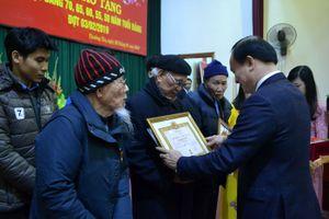 Phó Chủ tịch Thường trực HĐND TP trao Huy hiệu Đảng tại Thường Tín