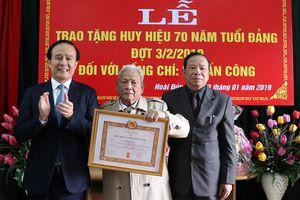 Đảng viên lão thành huyện Hoài Đức nhận Huy hiệu 70 năm tuổi Đảng