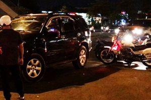Nữ tài xế say rượu gây tai nạn cố thủ trong xe