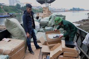 Bắt giữ xuồng máy chở 4 tấn hàng nhập lậu
