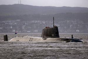 Tàu ngầm Anh suýt đâm phà chở khách