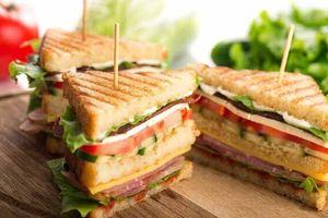 Sandwich thịt xông khói ức gà cho bữa sáng nàng vụng cũng làm được