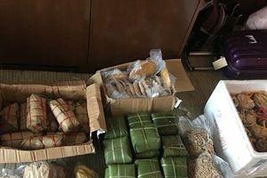 Clip: Cổ động viên Việt Nam mang hẳn 90kg đồ ăn tiếp sức cho các cầu thủ ở Dubai