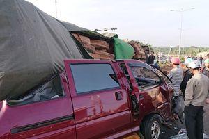 Đắk Lắk: Xe con bị container gỗ đè bẹp, tài xế thoát chết