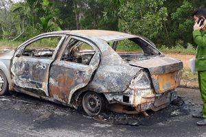 Quảng Trị: Xe ôtô cháy rụi khi đang lưu thông trên đường