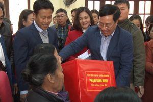 Phó Thủ tướng Phạm Bình Minh thăm, tặng quà hộ nghèo, gia đình chính sách tại Nam Định